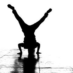 La boussole... (Sabine-Barras) Tags: réunion danse dance sport hiphop silhouette blackandwhite bnw bw monochrome street rue urbain urban city ville people personnes dark reportage shadow ombre