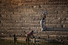 BADAMI : GHATS DU LAC DE BADAMI (pierre.arnoldi) Tags: inde india pierrearnoldi ghats photographequébécois photoderue photooriginale photocouleur lavage femmesquilavent on1raw2018 canon6d karnataka badami