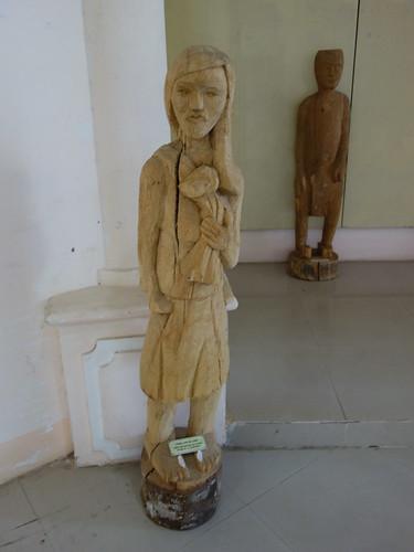 Une statue bahnar taillée dans du bois