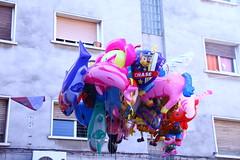 Día 190 (acido askorbiko) Tags: globos balloons fair street urban colors characters child plastic helium float it landscape portrait canon photo photography photographer noedit nofilters shoot shooting
