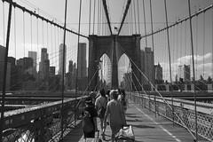 Walking in the Brooklyn Bridge (CURZU@) Tags: bw blackandwhite blancoynegro bridge bridge¨nycusa¨new newyork nuevayork manhattan puente ¨puente de brooklin¨ canon canoneos eos canoneos80d ¨canon eos¨ 80d 80d¨¨canon 80d¨