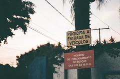 proibida (Maria Maruyama) Tags: proibida entrada veículos sign placa nikon nikonfm2 filmisnotdead filmpeople filmphotography film 35mm colorplus200 kodak brasil campinas