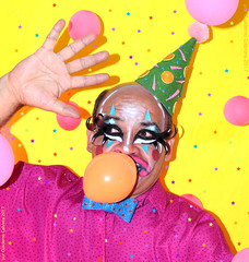 Globos (Cuaderno Cabrera) Tags: drag dragqueen clown clowning queer queerart queen retrato rosa reina yellow photography portrait photo pink hombre fotografía fotografia foto digital serie sesión colores colors colorful colorido mexico male man clubkid bright payaso globos balloons confeti