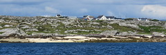 IMG_9177 (marinetteromico) Tags: îledegorumna galway irlande maisons roches plage