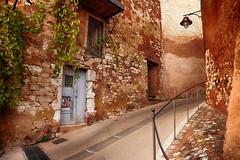 Ruelle du village (delphine imbert) Tags: roussillon village perché luberon provence patrimoine histoire anciennes carrières ocres pigments couleurs paysage nature tourisme