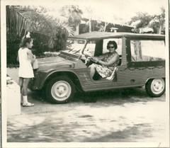 au volant d'une méhari citroen (desfemmesetdesvoitures@yahoo.fr) Tags: mehari méhari citroen dame femme 1970 car coche voiture auto mobile wagen citroên