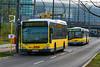 Kurze Pause (Jonny__B_Kirchhain) Tags: bvg berlin öpnv liniem85 m85 linie123 123 bus busse autobús autobus corriera 一班车 公共汽车 公车 客车 巴士 авто́бус articulatedbus mitte berlinmitte moabit berlinmoabit berlinhauptbahnhof berlinerhauptbahnhof hauptbahnhof centralrailwaystation centralstation mainstation garecentrale estacióncentral stazionecentrale 总站 火车总站 bahnhof railroadstation railwaystation gare station estación estacióndeferrocarril estacióndetren stazioneditreni 火车站 车站 железнодорожныйвокзал deutschebahn deutschebahnag db dbag hallenkonstruktion bahnhofshalle stationconcourse concourse halldegare navedelaestación vestíbulodelaestación atriodellastazione кры́тыйперро́н átriodaestação deutschland germany allemagne alemania germania 德國 德意志 федеративная республика германия alemanha repúblicafederaldaalemanha niemcy republikafederalnaniemiec