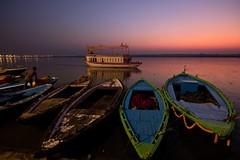 Amaneciendo (Jhaví) Tags: varanasi india amanecer sunrise bote agua rio ganges sky boat water
