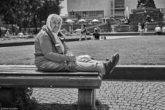 Mannheim Street Frau 141 b&w (rainerneumann831) Tags: bw blackwhite street streetscene ©rainerneumann urban monochrome candid city streetphotography blackandwhite mannheim paradeplatz frau sitzbank pause portrait