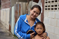 mother, daughter, gold (the foreign photographer - ฝรั่งถ่) Tags: jul262015nikon mother daughter gold rings necklace khlong lat phrao portraits bangkhen bangkok thailand nikon d3200