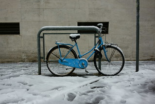 Piccola bici blu congelata. Little blue frozen bicycle (...a taste of winter)