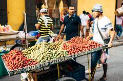 Champetúo (Javier Pimentel) Tags: vendedor ciruelas plums ciudadamurallada cartagena plumsstreetvendor vendedordeciruelas vendedorambulante frutas cartagenadeindias vendedordefrutas bolívar colombia co