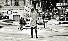 Serata dinamica (Riccardo Orti) Tags: pentaxk5ii tamron900mmmacro street candid persone biancoenero monocromatico panning mosso automobili trieste viacarducci piazzagoldoni insegne segnalistradali striscepedonali viaginnastica