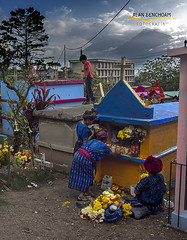 pray and play (alan benchoam) Tags: pray play tumbstone guatemala cemetery cementerio dayofthedead atitlán indigenous alanbenchoam