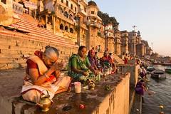 Rezos matinales (Jhaví) Tags: varanasi benares india travel amanecer sunrise rezos pray prayers