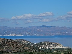 Pacheia Ammos in the front, Agios Nikolaos on the other side fo the bay. (Ia Löfquist) Tags: crete kreta vandra vandring hike hiking walk walking view vy utsikt bay vik village by clouds moln