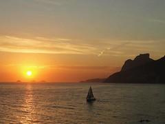 Um entardecer de muitos... MCris (MCrissssss) Tags: barco montanha baía mar céu oceano praia beach playa pôrdosol