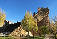Ruinas del castillo (kirru11) Tags: ruinas castillo roca peñas árboles parque casas cielo autol larioja españa kirru11 anaechebarria canonpoweshot