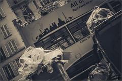 Paris dessus dessous (Hashkaÿz) Tags: paris touristes waste dechets car visite rues street