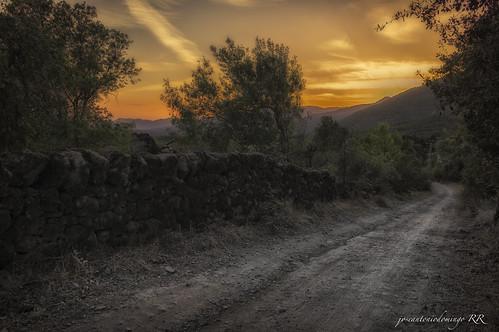 "Por el camino al atardecer • <a style=""font-size:0.8em;"" href=""http://www.flickr.com/photos/133275046@N07/26444469819/"" target=""_blank"">View on Flickr</a>"