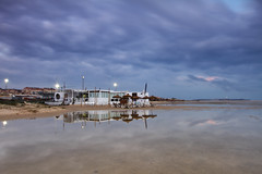 The Beach Bar (jaocana76) Tags: leclub7 tarifa campodegibraltar playa beach playaloslances nubes clouds nuboso cloudy sombrillas canoneos7d canon1635 hamacas jaocana76 sur andalucia atardecer sunset 2017 largaexposicion longexposure