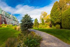 7844 (BLEUnord) Tags: manoir richelieu charlevoix lamalbaie québec canada ciel sky allée path édifice building hôtel automne autumn