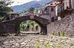 Vecchio ponte medievale di Pignone nel 1999 (CORMA) Tags: 1999 ligurie italia italie italy numérisation minolta dimagescandualii diapositive liguria europe europa pignone anticopontemedievale cinqueterre medievalbridge canoneos300