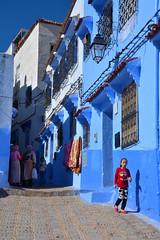 street of Chefchaouen Morocco_2134 (ichauvel) Tags: scénederue streetphotography ruelle murs wall bleu blue fillette littlegirl courir run femmes women maisons houses parler talking chefchaouen chaouen chechaouen maroc morocco afriquedunord northafrica magreb voyage travel coloré colourful automne autumn viequotidienne