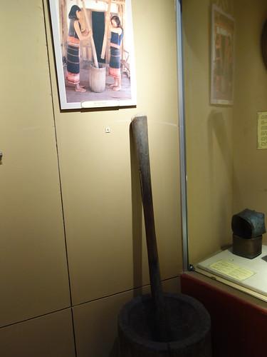 Des instruments pour piler le riz (pour en faire de la farine de riz par exemple)