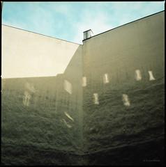 Lichtfenster (Konrad Winkler) Tags: hinterhof blauerhimmel spiegelung brandmauer stettin polen kodakportra160 mittelformat 6x6 hasselblad503cx epsonv800