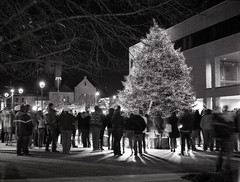 Findlay Ohio Holiday Tree Lighting (Leslie Lazenby) Tags: xenar schneiderlens findlayoh film acros 100 xtol longexposure tripod zeiss super ikonta 53116 6x45 christmastree holiday dorneyplaza