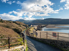 Pathway to Barmouth Bridge (Howie Mudge LRPS BPE1*) Tags: barmouth bermo gwynedd wales cymru uk sky bluesky clouds winter 2017 path pathway fence sea sand estuary water landscape nature ngc nationalgeographic photo photograph photoghrapher photography bracken sign wall outside outdoors travel olympus olympuspenf microfourthirds mft m43 compactsystemcamera mirrorlesscamera