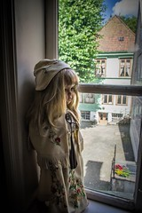 Norwegian doll (Angelo Petrozza) Tags: norwegian doll bambola old veccha gamle bergen museum bymuseet hair blondie lego window finestra angelopetrozza pentaxk70 1855mm