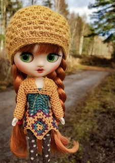 There's no snow, looks like autumn made a comeback 🍁🍂🍃 I dont mind, I love autumn colors on my girls outfits! 😉❤   #middieblythe #middieblythecustom #blythe #customblythe #custommiddieblythe #doll #blythedoll #cust