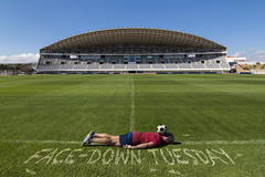 FDT-132 I don't know how to play football (- Cajón de sastre -) Tags: fdt fdtforlife facedowntuesdaygroup i♥facedowntuesday fútbol campodefútbol deporte sport verde green creo creativeselfportrait autoretrato selfportrait málaga costadelsol estadio stadium césped lawn grass pelota balón ball nikond500 tokinaatx1120mmf28prodx