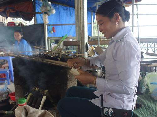 """Sur le chemin de Mai Chau nous avons goûté un """"bâton de riz"""""""