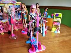 Shopping 🏬 💸 (flores272) Tags: barbiedoll barbie barbiefashionistas barbieclothing curvybarbie daisypop lagirlbarbie midgedoll skipperdoll tshirtshop cooltopsskipper barbieaccessories barbiefurniture doll dolls toy toys