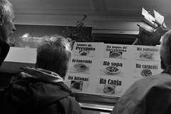 Turistas nas Fontainhas (ANDARILHA \\ Isabel Coimbra) Tags: fontainhas sé porto tourists tasco tourism traditionalfood portugal francesinha bifanas papasdesarrabulho caracóis presunto panados