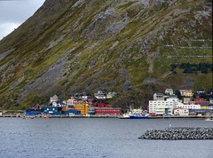2016-09-02 03 Kreuzfahrt Norwegen, vor Honningsvag (kaianderkiste) Tags: norwegen norway honningsvag berge mountains stadt city küste shore