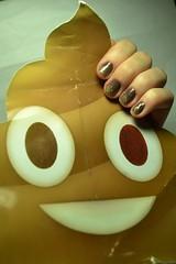 "Desafio Segura a coisa #7: ""Engraçada"". Saara - Jequiti + Dondoca - Cute. (Raíssa S. (:) Tags: esmalte unhas nails naillacquer nailpolish nailpainting brown gold marrom dourado glitter cremoso creamy jequiti cute seguraacoisa emoji"
