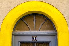 Hausnummer 8    [Explored] (fotomanni.de) Tags: 8 bogen fenster gelb hausnummer nummer nummern ochsenfurt tür zahl zahlen bayern franken unterfranken