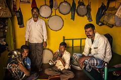 BADAMI : MUSICIENS DANS LEUR PETITE MAISON (pierre.arnoldi) Tags: inde india pierrearnoldi on1raw2018 photographequébécois karnataka badami photoderue photooriginale photocouleur photodevoyage canon6d portraitdhomme portraitsderue