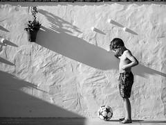 Futbolista (diegogm.es) Tags: olympus omd em5mkii em5 mzuiko75mmf18 omdre niño boy footboall futbol balon soccer ball luz cadiz españa spain mirrorless evil microfourthirds micro43 microcuatrotercios
