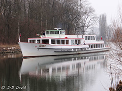 Berna 2 (Jean-Daniel David) Tags: bateau canal lacdeneuchâtel lac de morat nature navigation reflet eau arbre transport suisse suisseromande rivière labroye