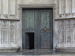 Open door<>Porte ouverte.