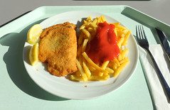 Cordon bleu & Pommes Frites (JaBB) Tags: cordonbleu pommesfrites frenchfries ketchup zitronenecke lemonslice food lunch essen nahrung nahrungsmittel mittagessen kantine betriebsrestaurant