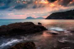 Amanece en la costa (Carpetovetón) Tags: agua amanecer costa cantábrico cielo nubes nublado paisaje largaexposición landscape mar marcantábrico marina colores nikond610 nikon1835 dícido mioño castrourdiales cantabria españa