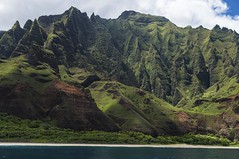 Na Pali Coast, Kauai (benereshefsky) Tags: kaua hawaii napali coast coastline cliffs green pacificocean sony landscape nature naturalbeauty ocean travelphotography travelphotographer travel