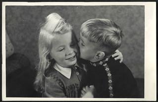 Archiv O071 Küßchen fürs Schwesterchen, 1950er
