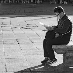 _DSC4114 (hechizodeluna) Tags: banco plaza sillas terraza oriental lector notas salamanca mochilanikon monocromo zapatillas nike turista altas luces
